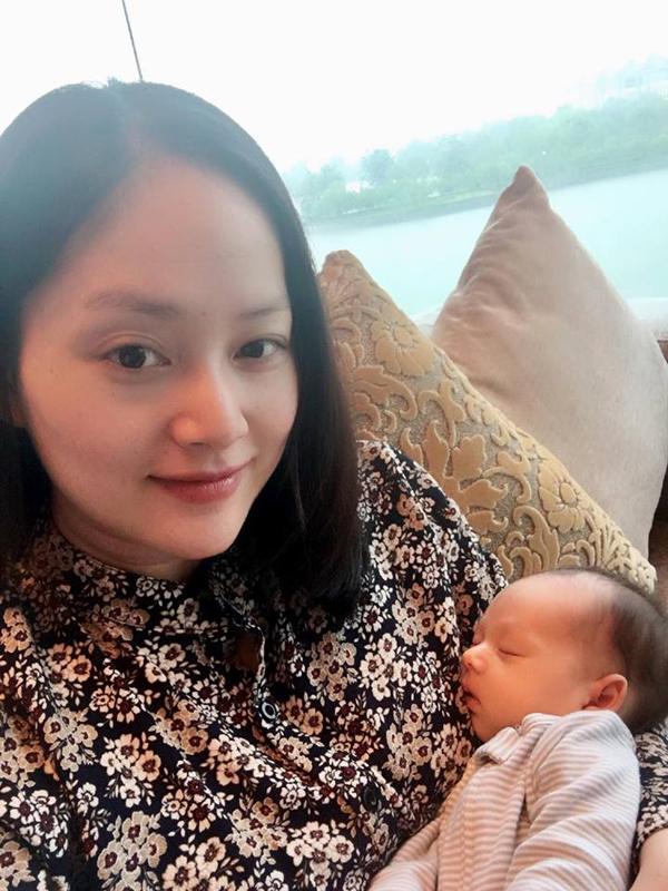 Lan Phương đưa con gái Lina Linh ra ngoàicùng gia đình.