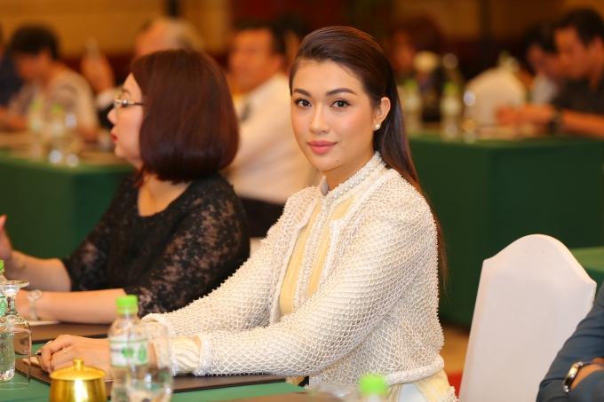 Á hậu Lệ Hằng là khách mời của lễ ra mắt. Cô diện trang phục mới nhất của nhà thiết kế Công Trí.
