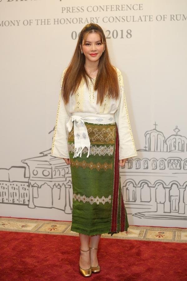 Chiều 6/6, lễ công bố Lý Nhã Kỳ trở thành Lãnh sự danh dự Romania tại TP HCMdiễn ra tại một khách sạn lớn. Xuất hiện tại sự kiện, Lý Nhã Kỳ lựa chọn trang phục truyền thống của quốc gia mà cô vinh dự đảm nhận vai trò ngoại giao.