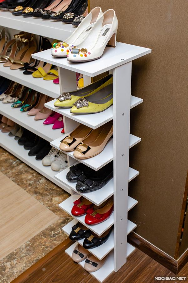 Phan Hoàng Thu dành tình yêu đặc biệt cho Salvatore Ferragamo khi sở hữu 4-5 đôi thấp gót đính nơ đủ các màu của thương hiệu này. Mỗi đôi này có giá khoảng hơn 10 triệu đồng.