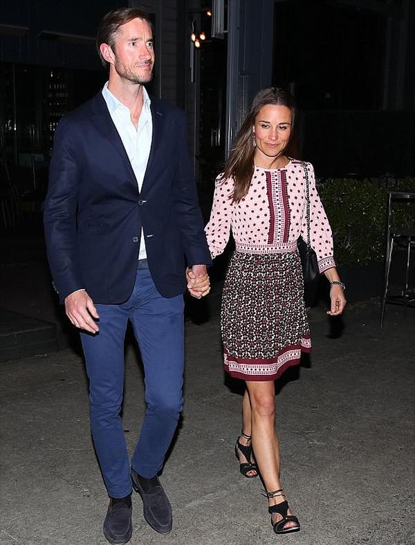Cũng như chị gái, Pippa Middleton phải lòng nét đẹp nhẹ nhàng, gần gũi của trang phục hãng này. Cô được trông thấy mặc hai chiếc váy Kate Spade trong chuyến du lịch trăng mật ở Australia, tháng 5/2017.