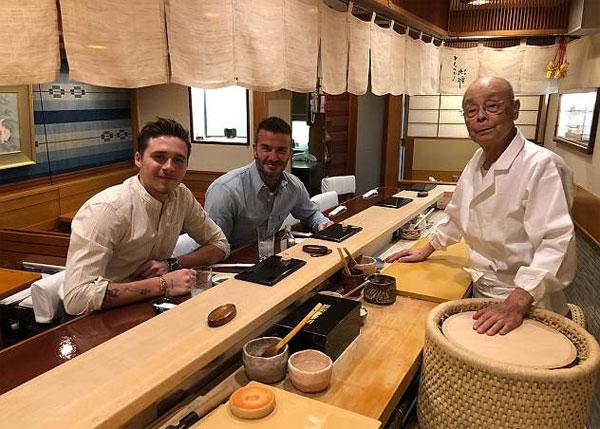 Sukiyabashi Jiro được biết đến là một trong những nhà hàng tốt nhất ở Tokyo, với ba ngôi sao Michelin ấn tượng, và Barack Obama là một người hâm mộ đồng nghiệp.  Chỉ với mười chỗ ngồi, quán ăn phục vụ thực đơn nếm thử gồm 20 món với giá 200 bảng / người.  Nhà hàng, nằm trong một ga tàu điện ngầm ở Tokyo, và đầu bếp huyền thoại của nó là chủ đề của Jiro Dreams of Sushi, một bộ phim tài liệu được yêu thích năm 2011 của Mỹ.