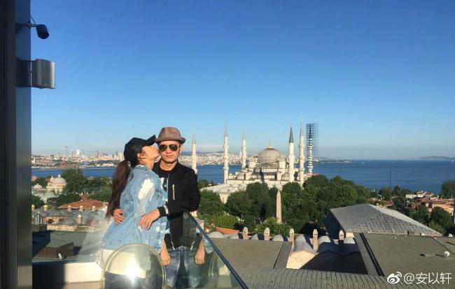 Ngày 5/6 là kỷ niệm 1 năm kết hôn của diễn viên An Dĩ Hiên và ông xã Trần Vinh Luyện. Nhân dịp này, hai vợ chồng cùng nhau sang Thổ Nhĩ Kỳ du lịch, tận hưởng những phút giây vợ chồng son hạnh phúc. Năm 2017, An Dĩ Hiên lên xe hoa với doanh nhân họ Trần, sau hơn 4 năm quen biết, tìm hiểu.