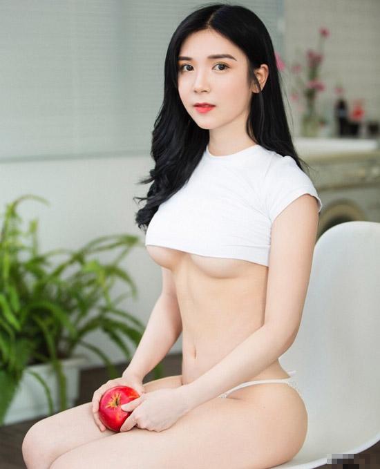 Hình ảnh hở nửa bầu ngực của Thanh Bi gây tranh cãi trên mạng xã hội.