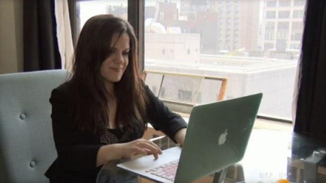 Nữ bệnh nhân Levine để lại những lời chê trên Facebook của phòng khám. Ảnh: CBS News.