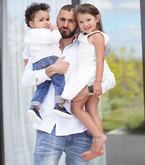 Benzema cùng Melia và Ibrahim. Ảnh: NS.