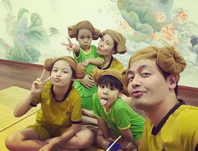 Gia đình 5 người của MC Phan Anh xả hơi ở phòng tắm kiểu Hàn Quốc. Anh bật mí: Cả nhà đi jjimjilbang kiểu Hàn Quốc phê quá ngủ giờ mới nhớ ra mới về nhà.Địa điểm này hay, thỉnh thoảng mọi người lôi cả nhà và bạn bè đi được đấy! Bao khỏe.