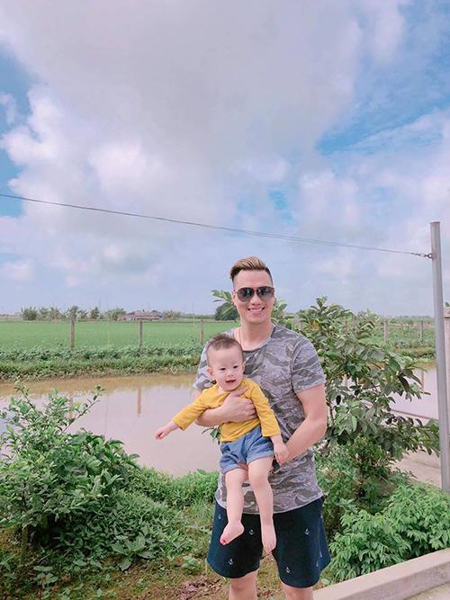 Cậu cả nhà Việt Nam háo hức khi được bố mẹ đưa về quê ngoại.