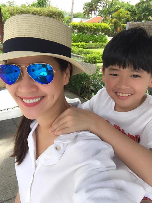 Con trai Thân Thuý Hà tận tình massage cổ cho mẹ. Nữ diễn viên viết: Đang huấn luyện đệ tử masage, mai mốt già nhờ vả nó khi trái gió trở trời.