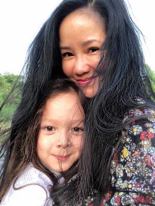 Hai mẹ con Hồng Nhung dậy sớm, cùng nhau đón bình minh. Bé Tôm thường xuyên dậy từ 4h45 còn mẹ Hồng Nhung vẫn còn ngái ngủ.