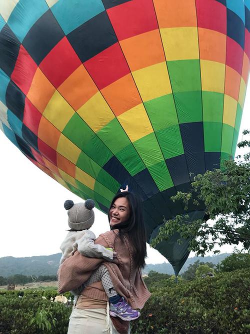 Phương Vy đưa con gái về quê chồng ở thung lũng Napa (Mỹ). Cô kể, sáng nào người hàng xóm gần nhà cũng thả bong bóng lên trời cho bé Ailani xem.