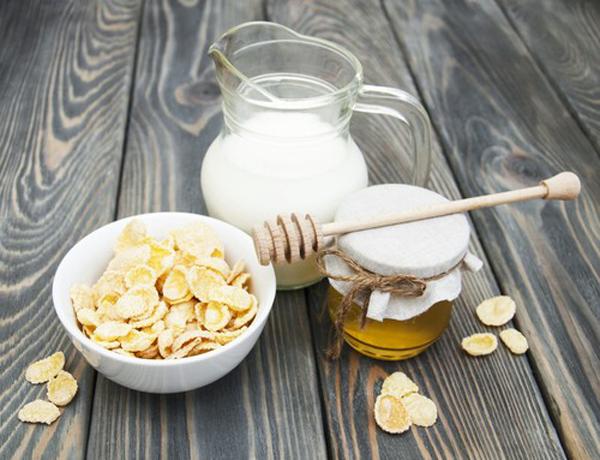 Yến mạch, sữa chua và mật ong là các thành phần làm đẹp an toàn cho da.