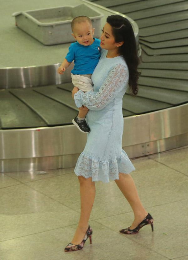 MC Hồng Phượng bế con trai ra sân bay Tân Sơn Nhất mừng ông xã trở về sau một tuần dự thi Britains Got Talent ở Anh.