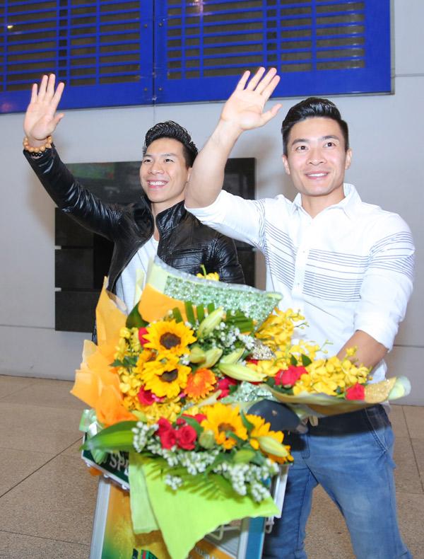 Khoảng hơn 20h, hai anh em nghệ sĩ xiếc ăn mặc giản dị, vui mừng khi thấy rất đông phóng viên báo chí và khán giả đón họ ở cổng ga đến quốc tế.