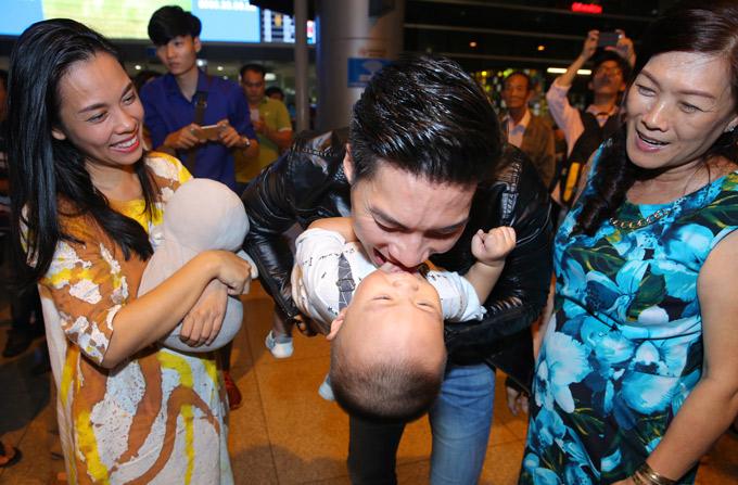 Hoàng tử xiếc cắn yêu con trai cho thỏa những nhớ nhung khi xa nhà.