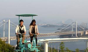 Đạp xe giữa không trung - trò chơi 'rớt tim' ở Nhật