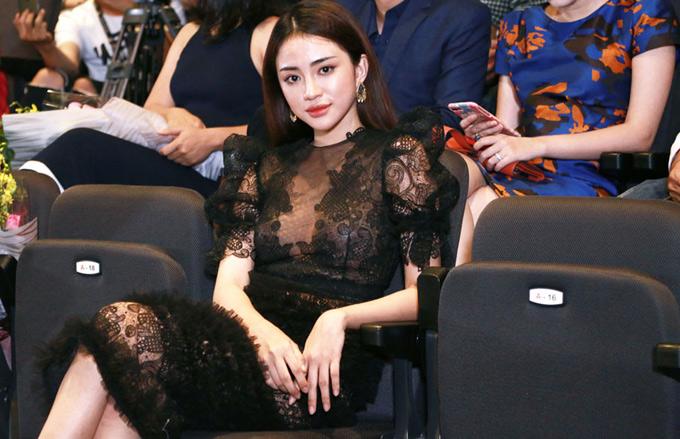Chân dài Thiên Nga The Face gây chú ý khimặc váy xuyên thấu dự họp báo.
