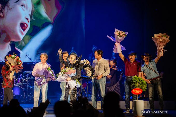 Bộ tứ sông Hồng ngồi dưới ghế khán giả thưởng thức trọn vẹn đêm nhạc của Tùng Dương. Khi được mời lên sân khấu, họ bày tỏ cảm xúc hạnh phúc, mãn nguyện về cách nam ca sĩ làm mới những bài hát của mình.