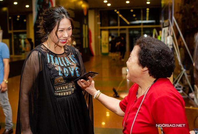 Khi gặp gỡ người quen, Giang Phạm vui vẻ trò chuyện. Cô rất tự hào vì mọi người dành nhiều lời khen ngợi cho chồng.