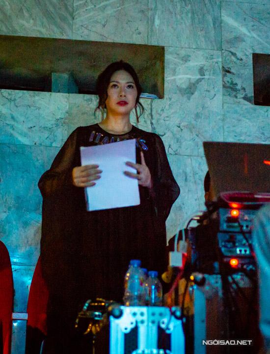 Suốt hơn 3 tiếng diễn ra chương trình, Giang Phạm đứng ở khu vực bàn điều khiển, tay cầm kịch bản đêm nhạc. Tuy nhiên, mỗi lần thấy ông xã thăng hoa trên sân khấu hoặcchứng kiến những tràng vỗ tay lớncủa khán giả dành cho chồng, cô lại hú hét rất cuồng nhiệt.