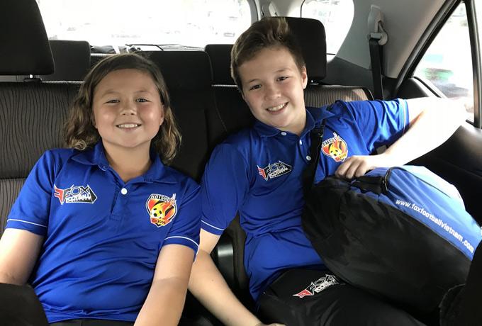 Bé Edwards để tóc dài như con gái, chụp ảnh cùng anh cả William. Con đầu của Ngọc Nga là thủ môn của một đội bóng thiếu niên. Willam cũng sang Thái Lan thi đấu ở giải giành cho học sinh cấp 2.