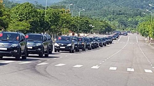Hàng trăm xe ôtô nối hàng dài đi đón dâu.
