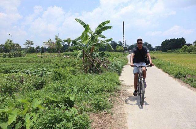 Sau đó, cầu thủ người Anh tiếp tục chuyến du ngoạn tại ngoại thành Hà Nội. Anh hào hứng khi đến các địa điểm du lịch và thưởng thức nước mía.