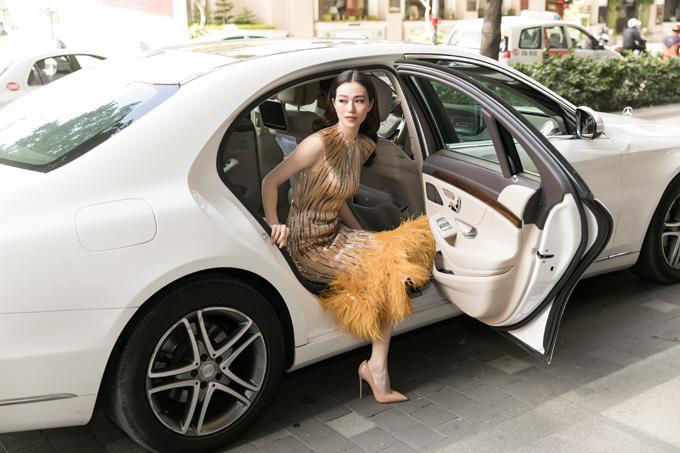 Khánh My ngồi xe sang tớidự buổi ra mắt một trang phim trực tuyến mới.