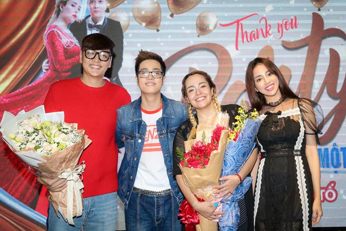 Nhà thiết kế Tăng Thành Công (áo đỏ) và người mẫu Thiên Nga The Face cũng là thí sinh trong đội Bùi Anh Tuấn.