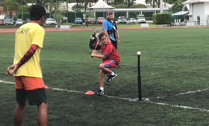 Cậu bé là tuyển thủ cricket cừ khôitrong đội bóng của trường, hay được ra nước ngoài thi đấu.