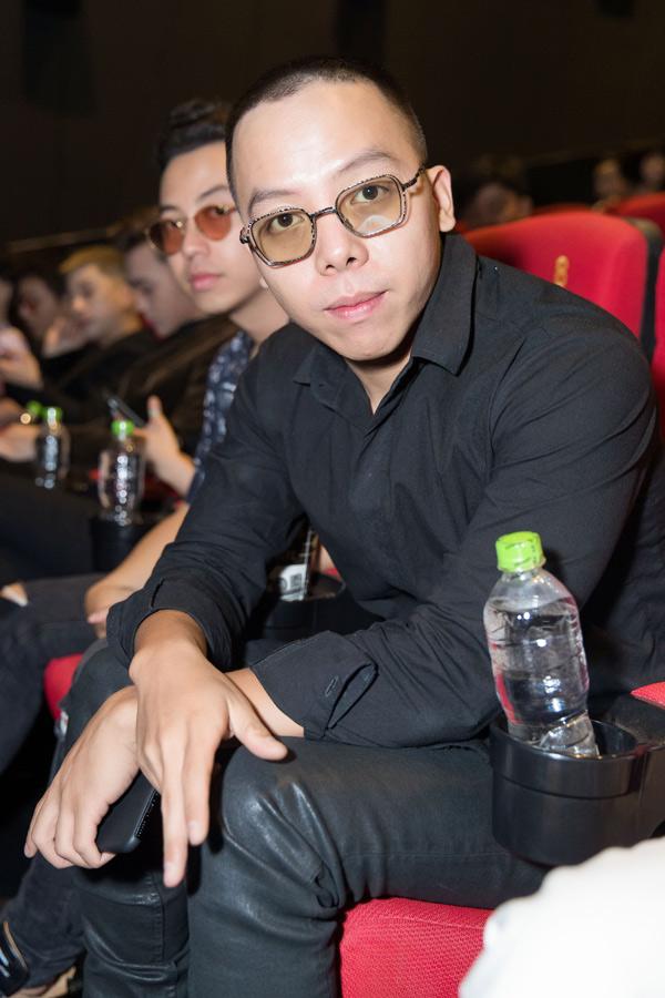 Nhà sản xuất Hoàng Touliver mặc cây đen cá tính dự sự kiện điện ảnh chiều 6/6.