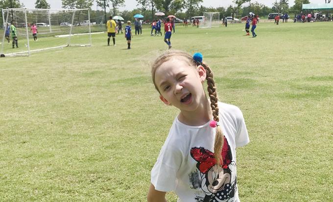 Bé Elizabeth năm nay 8 tuổi, rất nhí nhảnh, hoạt bát. Cô bé có khả năng nhảy múa, diễn thời trang nên được nhiều nhãn hàng mời làm gương mặt quảng cáo.