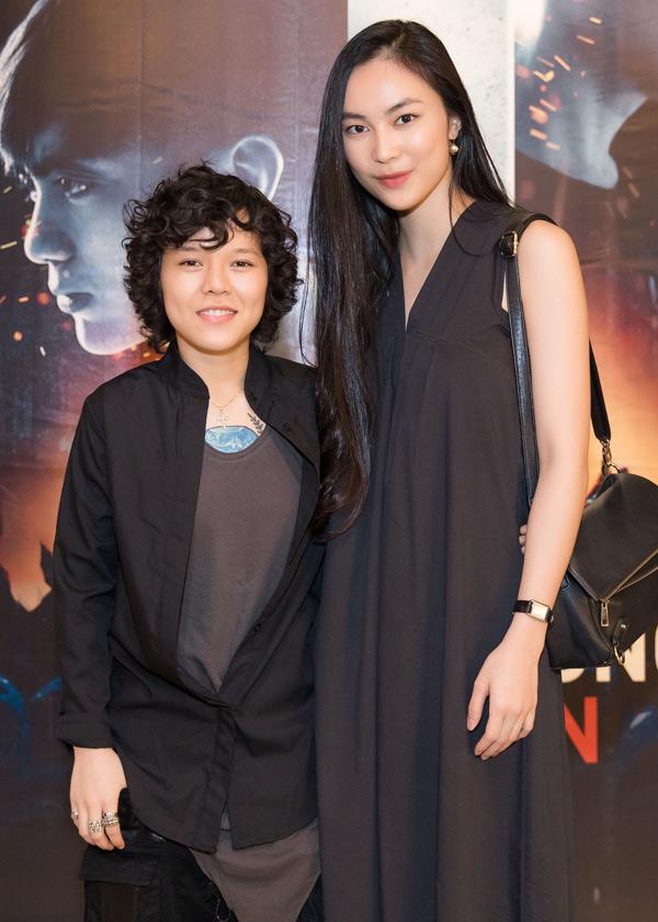 Ca sĩ Tiên Tiên không ngại lộ chiều cao khiêm tốn khi đứng bên fashionista Helly Tống.