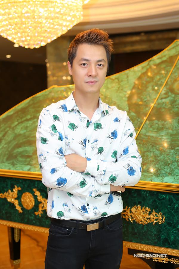 Ca sĩ Đăng Khôi mặc áo sơ mi hoa, một mình đi sự kiện.