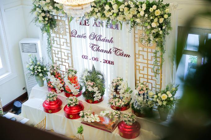 Các mâm quả của đám hỏi được sơn đỏ vàtô điểm thêm bởi hoa lan trắng, hồng phớt.