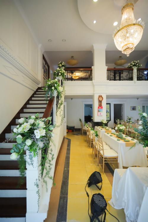 Hoa sen gópmặt trong từng ngóc ngách của căn phòng.