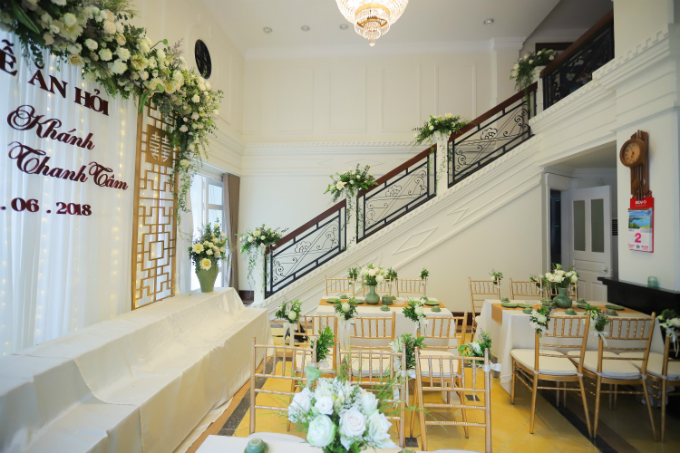 Lối đi trên cầu thang cũng được trang trí bởi những bông sen tươi giúp không gian làm lễ thêm nhã nhặn,cổ điển.