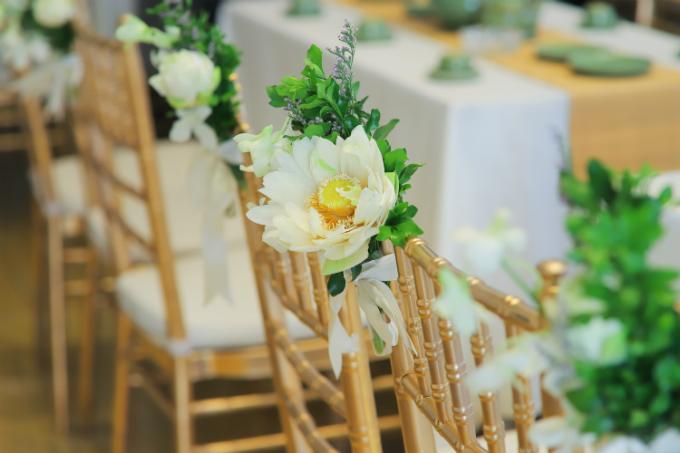 Những chiếc ghế cho khách đều được tô điểm bởi bông sen Hồ Tây trắng xinh. Những bông sen được lấy trực tiếp từ đầm, loại 100 cánh.