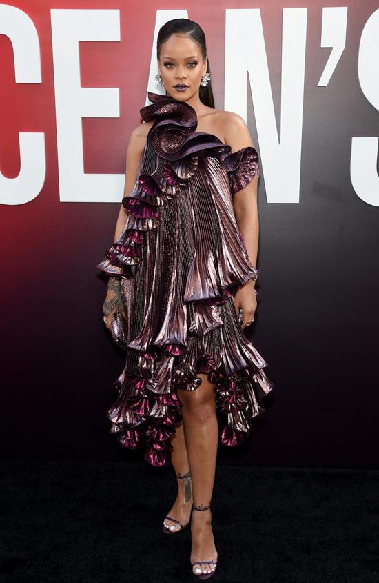 Ca sĩ Rihanna gây ấn tượng với thiết kế Givenchy. Cô đóng vai người đẹp thuộc băng cướp Ocean thực hiện phi vụ đánh cắp vòng kim cương tại lễ hội thời trang Met Gala.