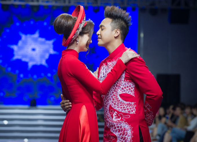 Hai diễn viên diện áo dài rồng phượng tự tin trình diễn catwalk và thể hiện sự tình tế trên sàn diễn thời trang.