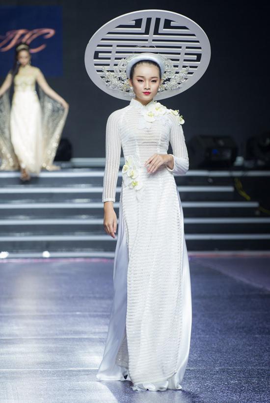 Nhằm tăng sức hút cho màn trình diễn, một số phụ kiện, mấn đội đầu cũng được thiết kế ấn tượng để kết hợp đồng điệu cùng các mẫu trang phục truyền thống.