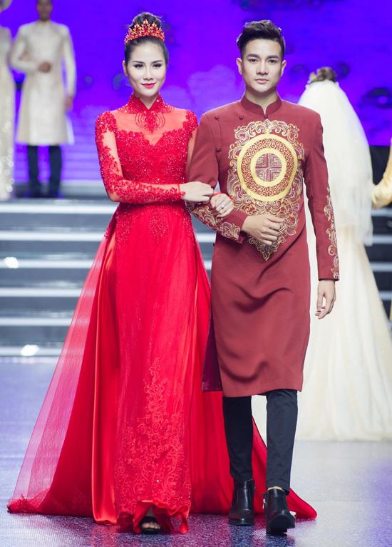 Họa tiết rồng phượng, hoa văn cung đình được nhà thiết kế sử dụng trên nền chất liệu vải voan, tơ lụa tông đỏ, vàng và trắng.