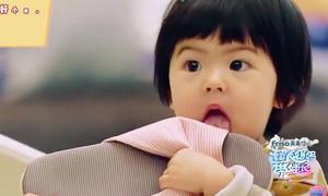 Con gái hơn 1 tuổi 'thích gặm cả thế giới' của Giả Tịnh Văn