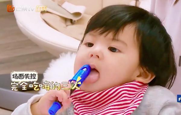 Những hình ảnh đáng yêu của bé Bobo -con gái diễn viên Giả Tịnh Văn trong show truyền hình thực tế Mẹ là siêu nhân mùa 2 đang khiến khán giả theo dõi show phát cuồng. Hơn một tuổi, Bobo đang ở giai đoạn khám phá mọi thứ bằng... miệng, em bé thường xuyên cho mọi thứ vào mồm gặm say mê.
