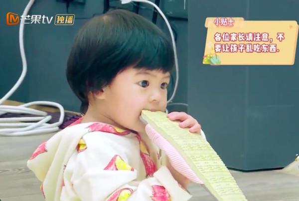 Con gái 2 tuổi thích gặm cả thế giới của Giả Tịnh Văn - 3