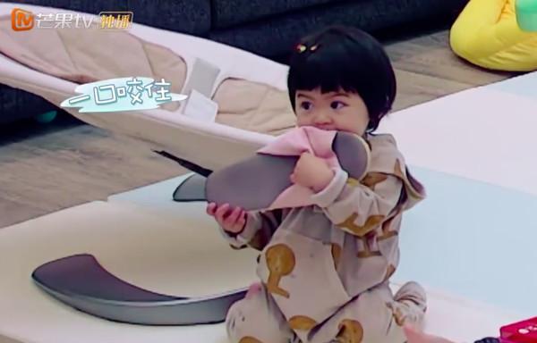 Con gái 2 tuổi thích gặm cả thế giới của Giả Tịnh Văn - 5