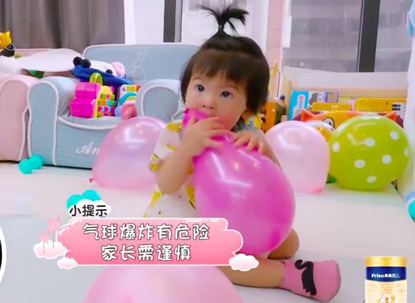 Con gái 2 tuổi thích gặm cả thế giới của Giả Tịnh Văn - 7