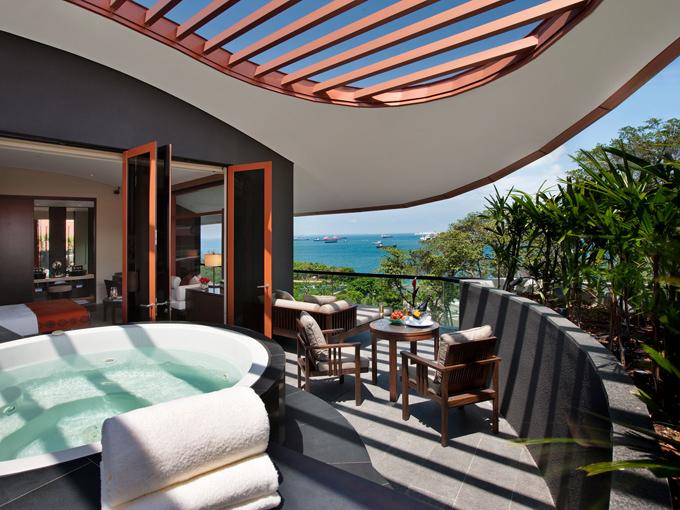 Khách sạn Capella nằm trên đảo Sentosa, hòn đảo nhân tạo giải trí nổi tiếng xứ sở sầu riêng với nhiềukhu nghỉ, khách sạn, hai sân golf và một công viên giải trí.. Capella mang phong cáchAnh thế kỷ 19, là một khách sạn năm sao với những cơ sở hạ tầng đẳng xấp và xa hoa bậc nhất trong khu vực,