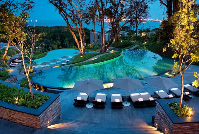 Khách sạn chỉ cách biển vài phút đi bộ, vớitổng cộng 112 phòng hầu hết hướng ra biển. Giá tham khảo một đêm là hơn 300 USD, mức giá không quá cao so với chi phí du lịch ở Singapore, đặc biệt là ở hòn đảo Sentosa đắt đỏ.
