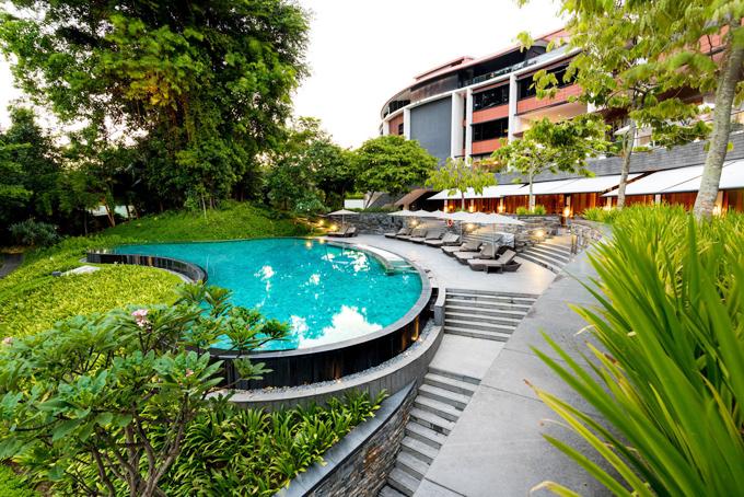 Không gian cỏ cây, vườn tược, hoàn toàn tách biệt với một Singapore hiện đại, nhiều khối nhà cao tầng bê tông ngột ngạt phía bên trong trung tâm. Tới đây, du khách có thể thoải mái đắm chìm trong sự tĩnh lặng, trong lành của vườn cây, hít thở gió biển trong một tổ hợp biệt lập.